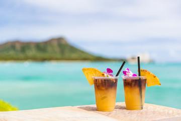 In de dag Cocktail Hawaii mai tai drinks on waikiki beach bar travel vacation in Honolulu, Hawaii. Famous hawaiian drink cocktails with view of ocean and diamond head mountain, Hawaii tourist attraction.