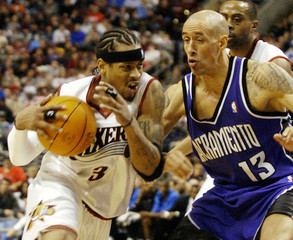 76ERS IVERSON DRIVES ON THE KINGS CHRISTIE IN NBA MATCH.