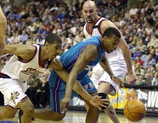 HORNETS DAVIS DRIVES PAST 76ERS OLLIE AND GEIGER.