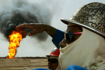 KUWAITI OIL WORKER BY BURNING OIL WELL IN SOUTHERN IRAQ.