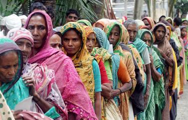 Bangladeshi flood victims queue up for food at Soanrgaon 30km (19 miles) from the capital Dhaka.
