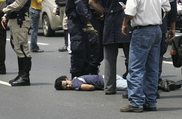 Motorcyclist lies dead after being run over by a car on a highway in Caracas