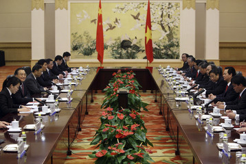 Chinese Premier Wen and Vietnam's PM Dung lead their delegations during talks held at the Great Hall of the People in Beijing