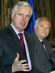 SPAIN'S FOREIGN MINISTER MORATINOS LISTENS TO HIS FRENCH COUNTERPART BARNIER DURING NEWS CONFERENCE ...