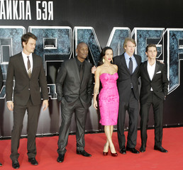 """Actors Josh Duhamel, Tyrese Gibson, Megan Fox, film director and executive producer Michael Bay, Shia Labeouf pose for the picture as they arrive for the Russian premiere of """"Transformers: Revenge of the Fallen"""" in Moscow"""