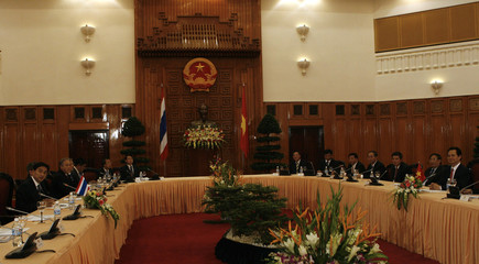 Vietnam's Prime Minister Dung and his Thai counterpart Abhisit talk at the Government Office in Hanoi