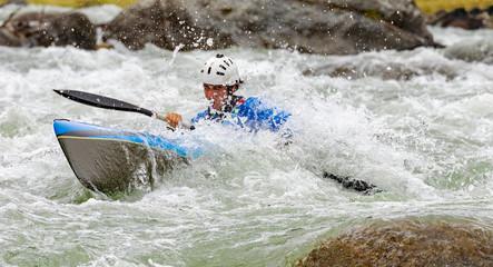 Fototapete - Discesa in canoa fra le rapide