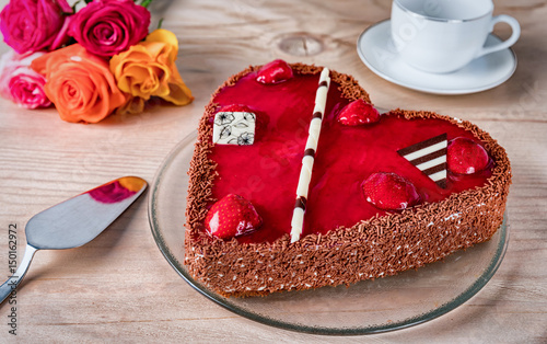 herzf rmiger roter kuchen mit rosen auf holztisch stockfotos und lizenzfreie bilder auf. Black Bedroom Furniture Sets. Home Design Ideas
