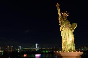 東京 お台場 レインボーブリッジと自由の女神像の夜景