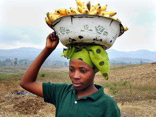 -PHOTO TAKEN 08AUG02- A  woman carries bananas to market near Bukavu, South Kivu province, in the ea..