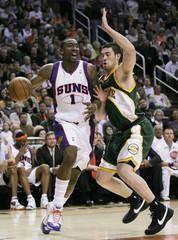 Phoenix Suns Amare Stoudemire runs into Seattle Supersonics Nick Collison during first quarter NBA basketball action in Phoenix, Arizona, January 3, 2008.