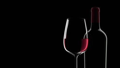 Weinflasche mit Rotweinglas vor schwarzem Hintergrund