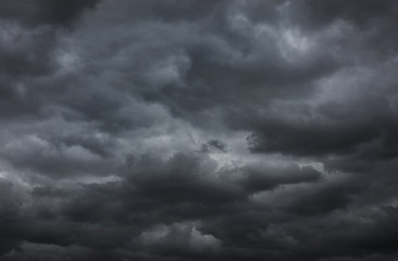Papier Peint - Dark storm clouds before the rain.