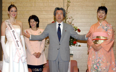 JAPANESE PRIME MINISTER KOIZUMI WITH AMERICAN AND JAPANESE CHERRYBLOSSOM QUEENS IN TOKYO.