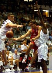 CROATIA'S DAMIR MULAOMEROVIC PASSES BALL AMONG FRANCE'S EVTIMOV AND ALAIN DIGBEU IN EURO 2001.