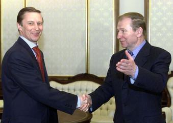 UKRAINIAN PRESIDENT KUCHMA GREETS RUSSIAN SECURITY COUNCIL SECRETARY IVANOV IN KIEV.