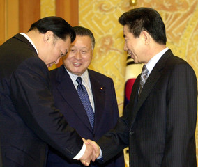 JAPANESE SUMO ASSOCIATION CHAIRMAN KITANOUMI SHAKES HANDS WITH SOUTH KOREAN PRESIDENT ROH IN SEOUL.
