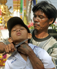 Thai man Wangthong Yoka holds a knife to the throat of Jiratnond Kerdtum while holding him hostage ...
