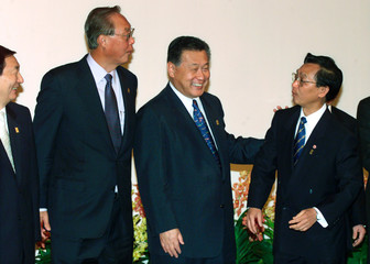 PREMIER GOH, JAPANESE COUNTERPART MORI JOKE WITH THAI'S LEEKPAI IN SINGAPORE.