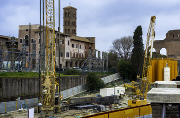 A crane built for the construction of the Metro line in ROME stands out in the immediate vicinity of the Coliseum