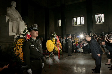 Wu Poh-Hsiung, Chairman of Taiwan's ruling Nationalist Party, pays his respect to the statue of Sun Yat-Sen at the Sun Yat-Sen Mausolem in Nanjing