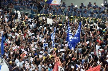 ANTI-ESTRADA PROTESTERS ARE BLOCKED BY POLICE IN MANILA.