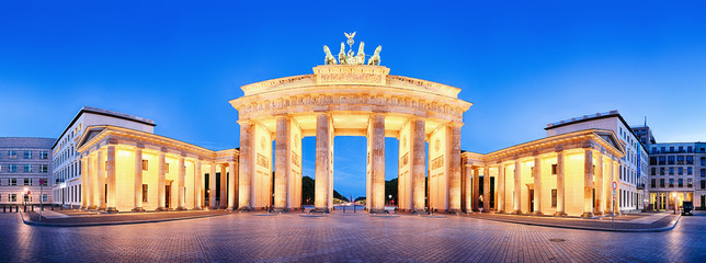 In de dag Berlijn Brandenburger Tor (Brandenburg Gate) panorama, famous landmark in Berlin Germany at night