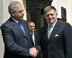 Slovakia's Prime Minister Fico shakes hands with Croatia's Prime Minister Sanader during their meeting in Zagreb
