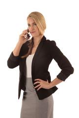 Frau führt ernstes Gespräch am Telefon