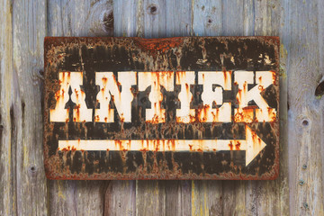 Vintage rusted sign with the Dutch word 'Antique'