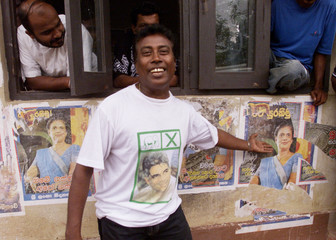 A SUPPORTER OF PRIME MINISTER WICKREMESINGHE MAKES FUN OF PRESIDENTKUMARATUNGA IN COLOMBO.