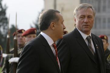 Turkish PM Erdogan is accompanied by his Czech counterpart Topolanek past guard of honour in Prague