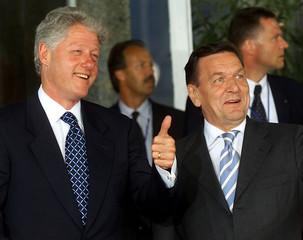 US PRESIDENT BILL CLINTON JOKES WITH GERMAN CHANCELLOR GERHARD SCHROEDER IN BERLIN.