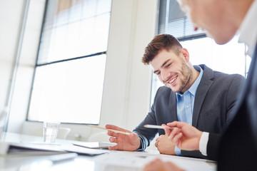 Geschäftsleute machen Teamarbeit