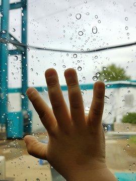 물방울 맺힌 유리창 위에 아이손