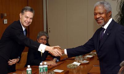 MEXICOS ERNESTO DERBIZ SHAKES HANDS WITH KOFI ANNAN AT THE UNITEDNATIONS IN NEW YORK.