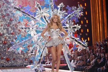 Heidi Klum walks the runway at the Victoria's Secret Fashion Show 2007 in Hollywood