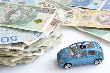 polskie banknoty i samochód