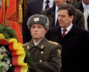 GERMAN CHANCELLOR SCHROEDER FOLLOWS RUSSIAN SOLDIERS DURING WREATH LAYING CEREMONY IN ST.PETERSBURG.