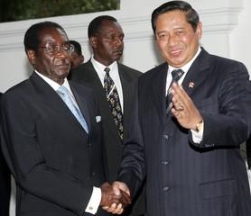 Indonesian President Yudhoyono greets Zimbabwe President Mugabe in Jakarta.