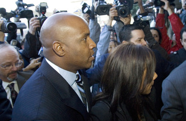 Baseball home-run king Barry Bonds arrives with his wife, Liz, at a federal court house in San Francisco