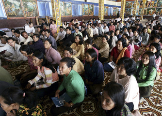 """People watch Khmer Rouge tribunal education video during public meeting with co-investigating judges of """"Killing Fields"""" tribunal in Pailin"""