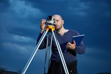 Мужчина геодезист на работе