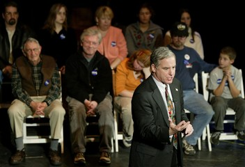DEAN ADDRESSES VOTERS AT NEW HAMPSHIRE TOWN HALL MEETING.