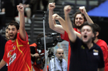 Spain's Gasol celebrates basket against Greece next to coach Hernandez and team mate Navarro during their final game at world basketball championships in Saitama
