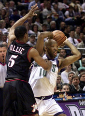 MILWAUKEE BUCKS CASSELL PRESSURED BY 76ERS OLLIE.