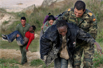 SPANISH NON-COMMISSIONED OFFICER AND SOLDIERS HELP CARRY ILLEGALIMMIGRANTS WITH HYPOTHERMIA FOUND ...