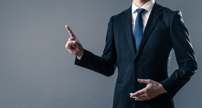 人差し指を立てるビジネスマン