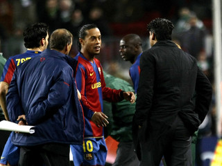 Barcelona's Ronaldinho talks to coach Rijkaard before Messi leaves pitch during Champions League match against Celtic in Barcelona