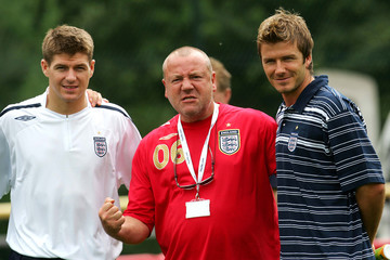 England captain David Beckham (R) and Steven Gerrard (L) meet actor Ray Winstone at their World Cup ..
